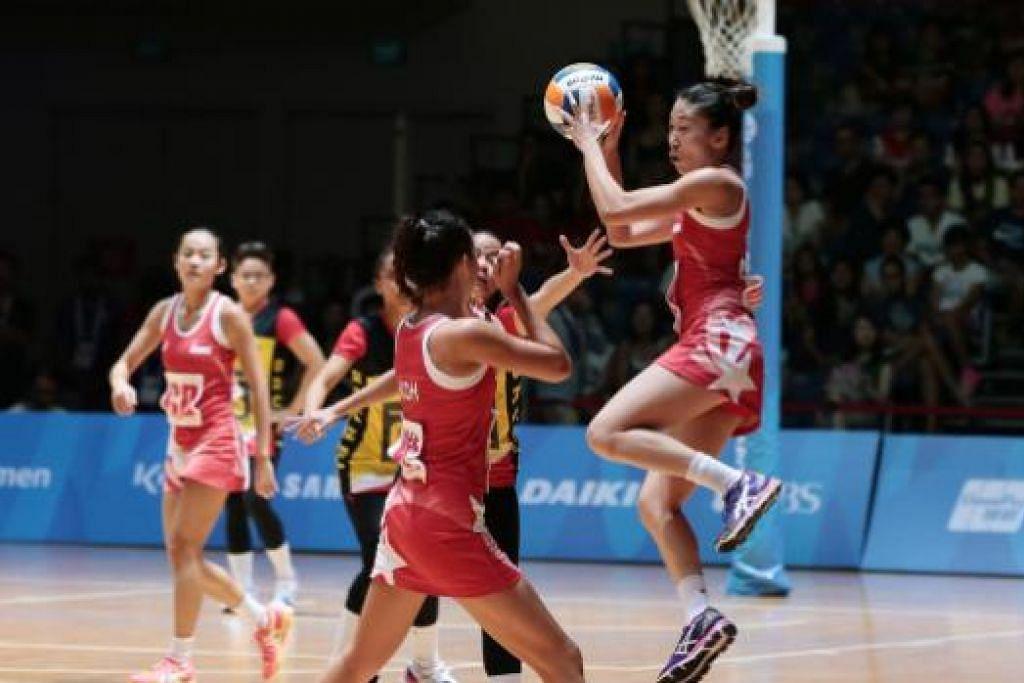 PERMULAAN HEBAT: Pamela Lin (kanan) melompat tinggi dalam perlawanan di OCBC Arena.