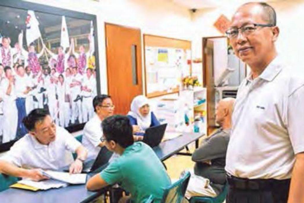 BANTU PENDUDUK: Encik David Koh sentiasa mencuba sedaya boleh membantu penduduk yang datang ke sesi bertemu penduduk bagi mendapatkan bantuan. - Foto KHALID BABA