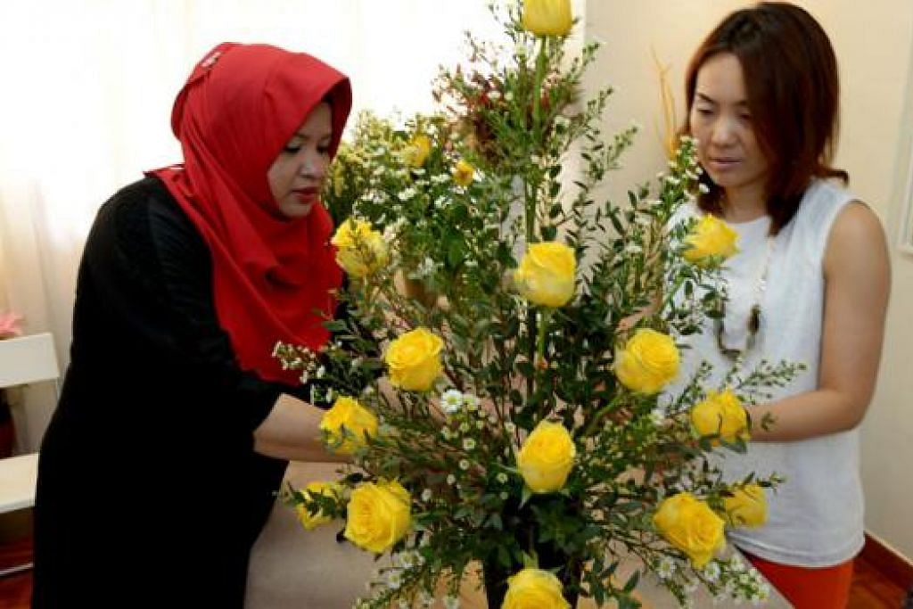 KONGSI IDEA: Sambil mengasah kemahiran menggubah bunga yang telah lama tidak diterokainya, Cik Miori Tsukioka (kanan) turut berkongsi pengalamannya mempelajari seni gubahan bunga Jepun atau 'ikebana' bersama Cik Hamidah Abdul Karim.
