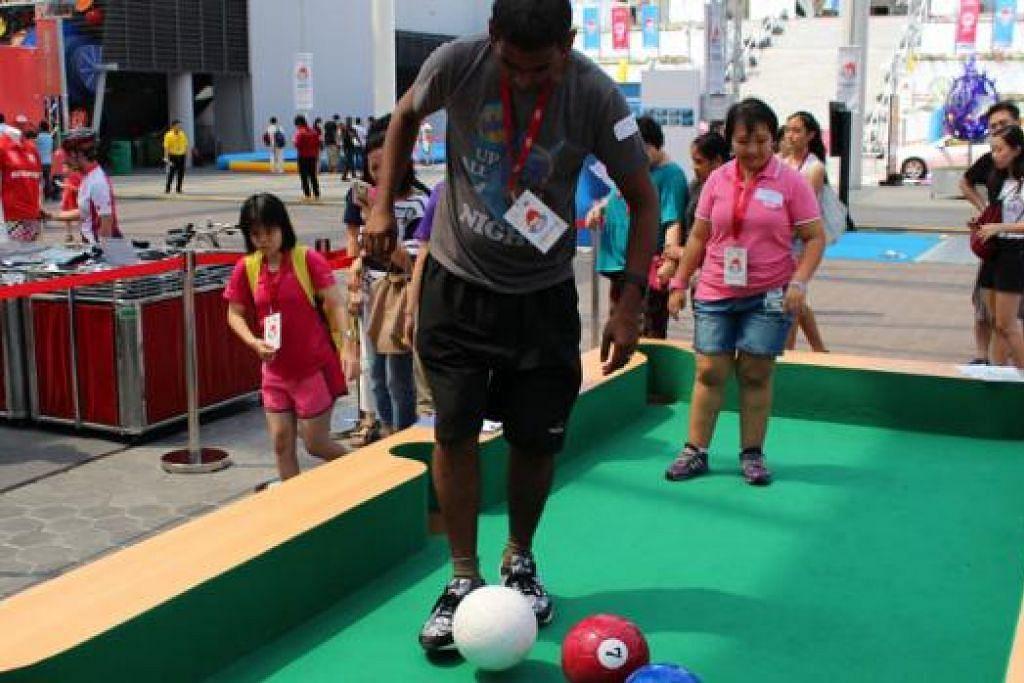 MAIN POOL GUNA BOLA SEPAK: Pengunjung boleh mencuba pelbagai sukan menarik dalam Karnival Sukan SEA di Hab Sukan Singapura cuti sekolah Jun ini, dari 10 pagi hingga 6 petang. - Foto VOXSPORTS