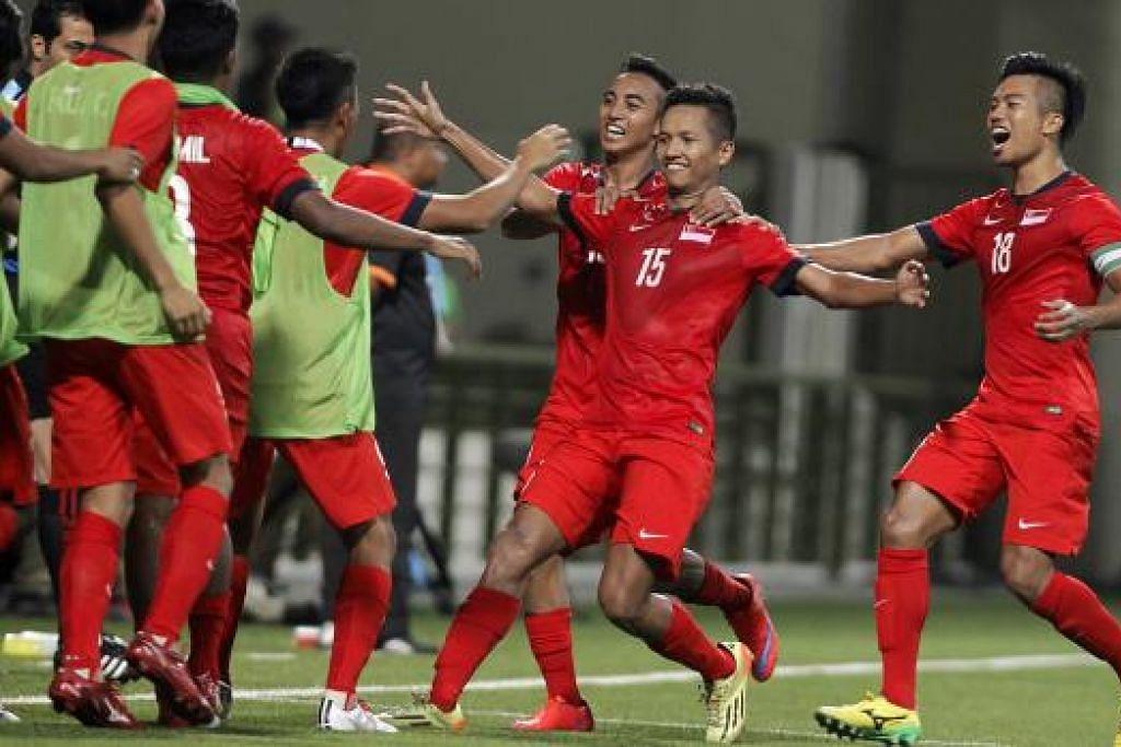 WIRA PASUKAN: Sheik Abdul Hadi (jersi nombor 15) meraikan gol kemenangan bersama rakan sepasukan.