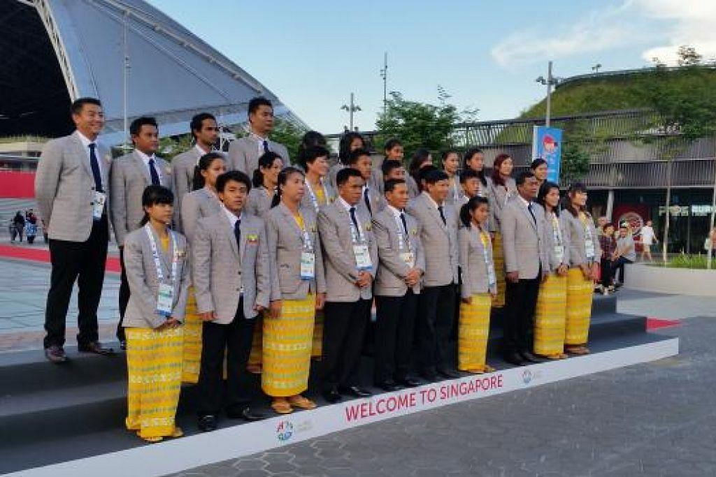 SELAMAT TIBA: Kontingen Myanmar menghadiri upacara sambutan rasmi di Hab Sukan Singapura petang Isnin.