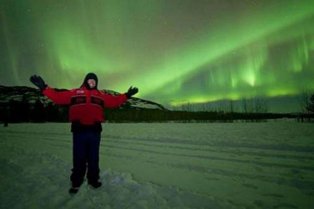 IMPIAN TERCAPAI: Hasrat penulis (kiri) dan dua rakan yang ingin menyaksikan fenomena aurora termakbul. Mereka berpeluang menyaksikan aurora hijau, biru dan merah jambu yang tampak seakan-akan menari di langit Yukon. - Foto-foto ihsan MUHAMMAD HEZAN ROSLI