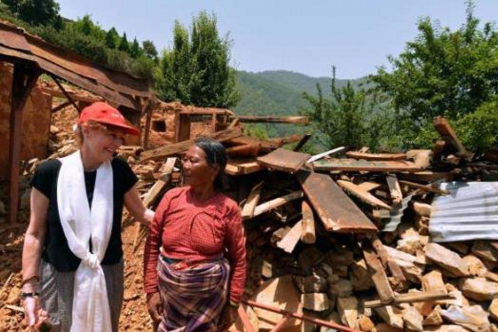 MARI DATANG: Pelakon dan pemenang Oscar, Susan Sarandon (atas), menggesa orang ramai agar terus datang ke Nepal bagi membantu penduduk mengekalkan pekerjaan mereka dalam bidang seperti pelancongan. - Foto-foto AFP dan REUTERS