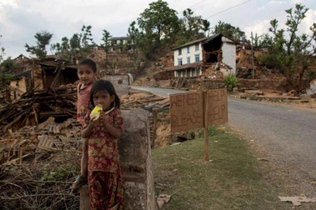 DILARANG KELUAR SENDIRIAN: Kumpulan pejuang hak asasi manusia bimbang sindiket penyeludupan manusia sedang mengambil kesempatan atas kekecohan yang menimpa keluarga Nepal akibat gempa. - Foto REUTERS, AFP