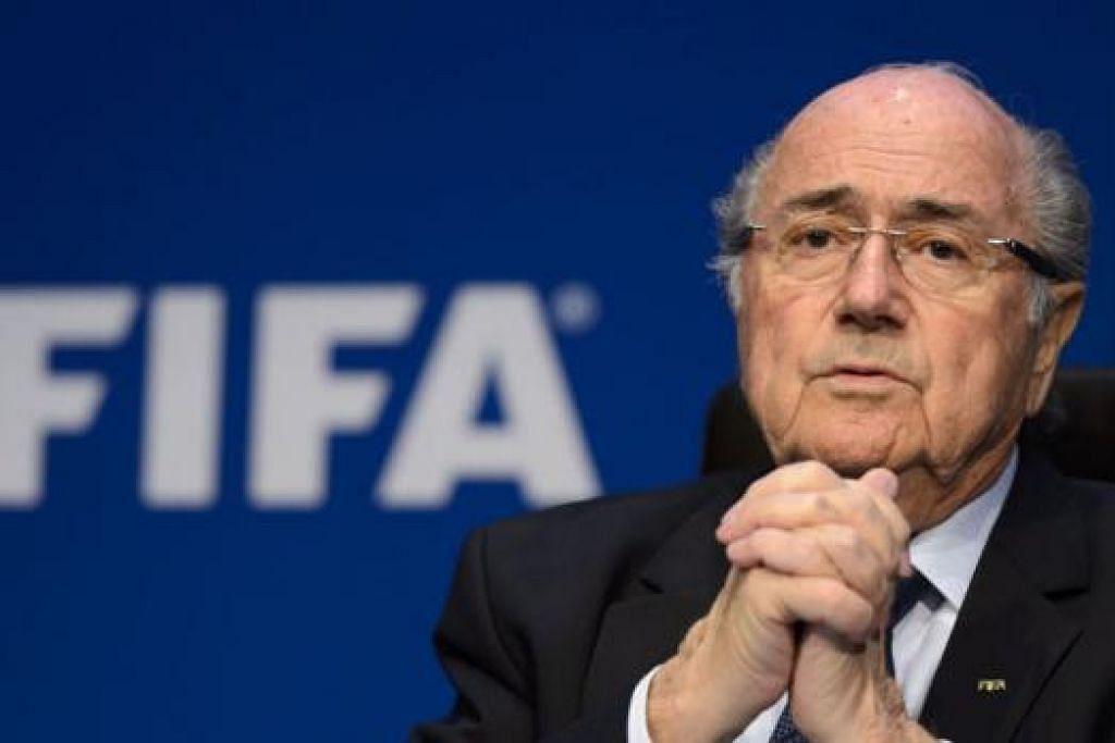 PERKUKUH KEDUDUKAN: Dengan sokongan padu daripada para pegawai di rantau Asia dan Afrika, Sepp Blatter dengan mudah memenangi undian untuk memenangi penggal kelimanya sebagai presiden Fifa kelmarin. – Foto AFP