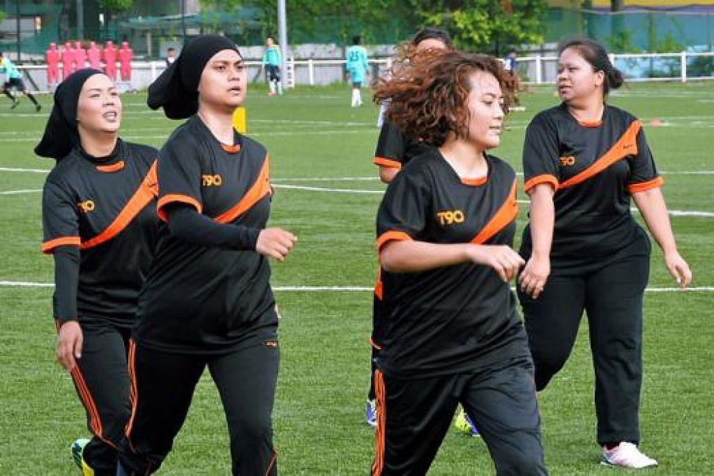 SELEBRITI MAIN BOLA: Deanna Manto (dua dari kiri) dan Rosalina Musa (dua dari kanan) melakukan senaman ringan sebelum memulakan perlawanan semalam.