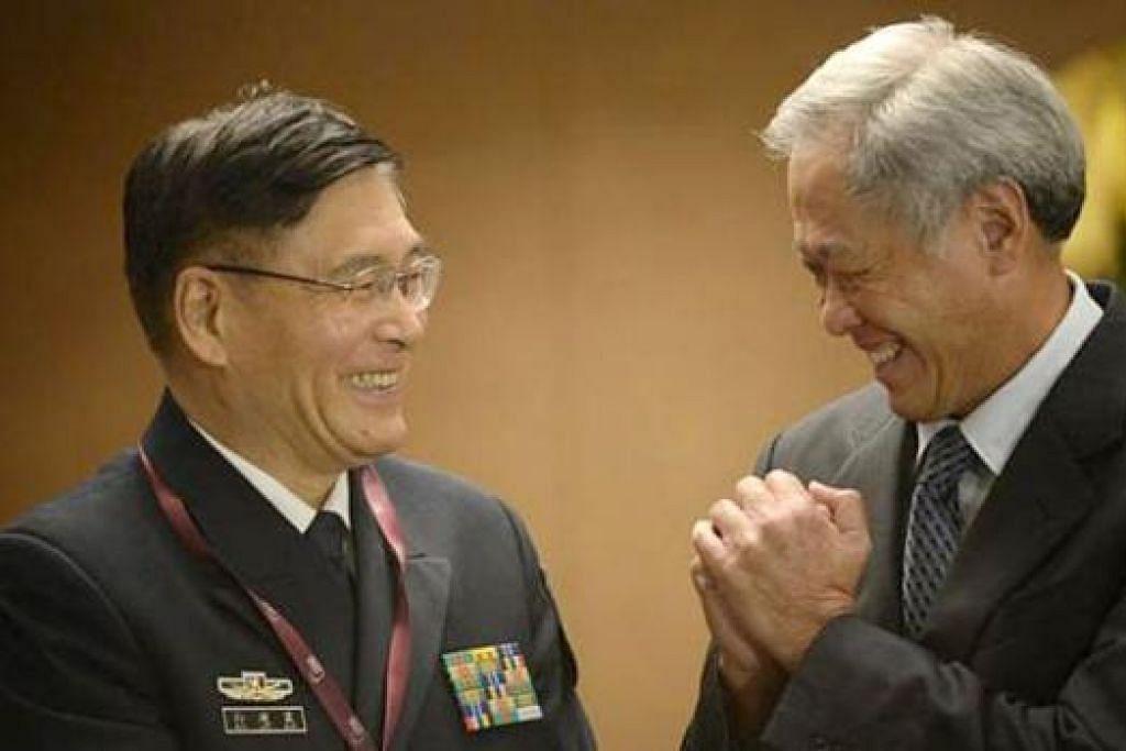 SAMBUTAN MESRA MENTERI HOS: Menteri Pertahanan Dr Ng Eng Hen (kanan) menyambut mesra Timbalan Panglima Tentera China, Admiral Sun Jianguo, semasa Jamuan Tengah Hari Menteri-Menteri dalam Dialog Shangri-La semalam. - Foto THE STRAITS TIMES