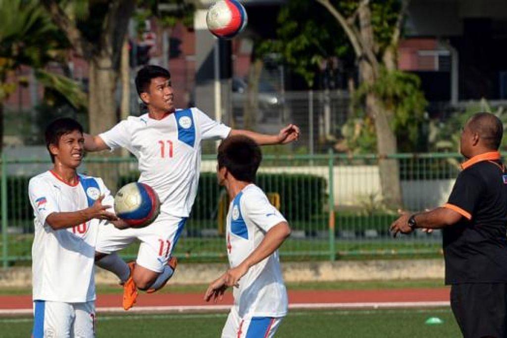 TIDAK GENTAR: Walau ke Singapura tanpa beberapa pemain utama, jurulatih Filipina Marlon Maro (kanan) yakin pasukannya dapat ke separuh akhir. - Foto ZAINAL YAHYA