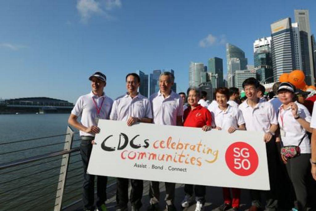 ACARA KEMASYARAKATAN: Perdana Menteri Lee Hsien Loong adalah tetamu terhormat di acara CDCs Celebrating Communities yang dianjurkan secara bersama oleh lima Majlis Pembangunan Masyarakat (CDC) di Marina Bay semalam. - Foto THE STRAITS TIMES