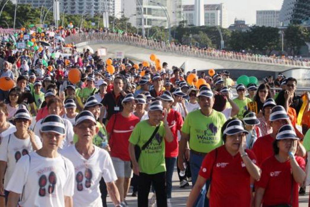 JALAN PANTAS: Melebihi 5,000 rakan kongsi Majlis Pembangungan Masyarakat (CDC), relawan dan penerima bantuan telah menyertai acara berjalan pantas CDCs Celebrating Communities di Marina Bay. - Foto WANBAO