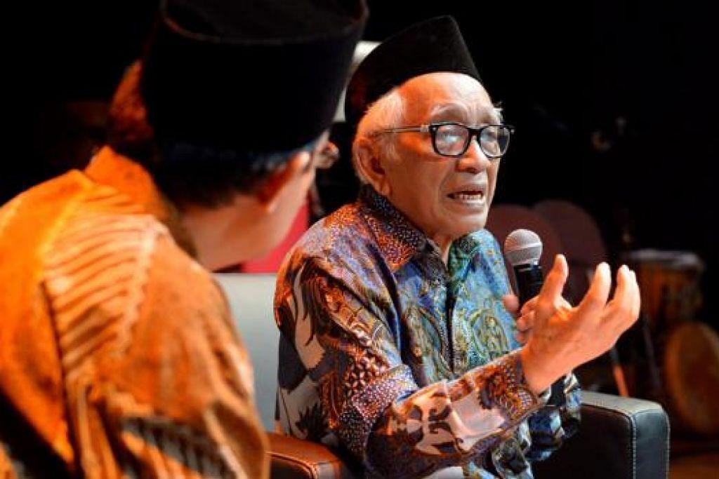 DAERAH ISTIMEWA MINANGKABAU: Impian Prof Dr Mochtar Naim, 83 tahun (kanan), ialah kebangkitan semula citra Minangkabau, termasuk pembentukan Daerah Istimewa sesudah Jogjakarta, Jakarta, Aceh dan Papua. Beliau menyampaikan ceramah sempena acara besar Marantau di Taman Warisan Melayu pada Sabtu 23 Mei lalu. - Foto TUKIMAN WARJI