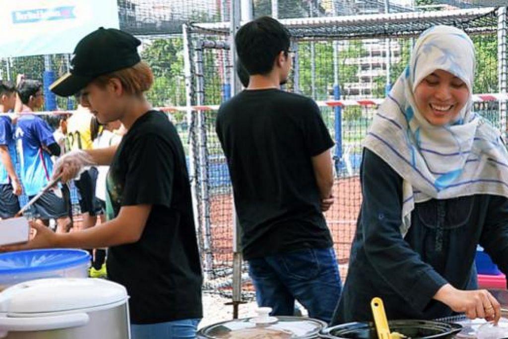 CUBAAN PERTAMA: Inii merupakan kali pertama Cik Zubaidah Mohamad mengendalikan sebuah gerai dan memperkenalkan masakannya kepada orang ramai. Gerai ala-ala! Bites dikendalikan oleh beliau bersama ahli keluarga. - Foto KHALID BABA
