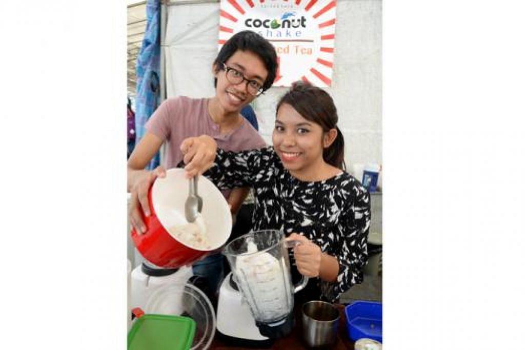 BERJINAK-JINAK BERNIAGA: Kededua saudara-mara ini, Encik Amirul Amsyar Amri dan Cik Miza Nazili Ghazali, telah mencuba nasib menjual air kegemaran mereka, teh ais Thai dan 'coconut shake', di sebuah pasar malam di Woodlands. - Foto-foto JOHARI RAHMAT