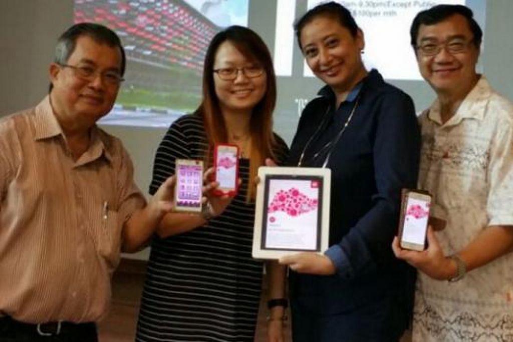 APLIKASI MOBIL: Pemimpin akar umbi Tampines West, termasuk Cik Gamar (dua dari kanan), menunjukkan aplikasi mobil Tampines West CC, yang membolehkan pengguna mendapatkan maklumat tentang acara, kegiatan dan kemudahan terkini.