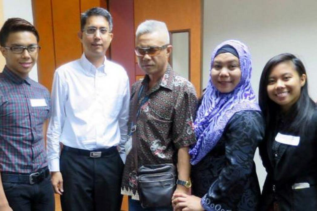 BERJIMAT DEMI KELUARGA: Pasangan kembar, Mohammad Amiruddin (paling kiri) dan Nurul Sal Azfirrah (paling kanan), 19 tahun, merupakan penerima Dermasiswa Pendidikan Angkatan Karyawan Islam (AMP). Mereka bergambar bersama (kedua dari kiri) Profesor Madya Dr Muhammad Faishal Ibrahim, bapa, Encik Azman Mohd Salleh, 53 tahun, dan ibu, Cik Salmiah Abdul Talib, 49 tahun. - Foto AMP