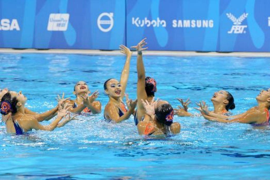 MALAM BERSEJARAH: Pasukan renang berirama Singapura meraih pingat emas pertama di Sukan SEA.