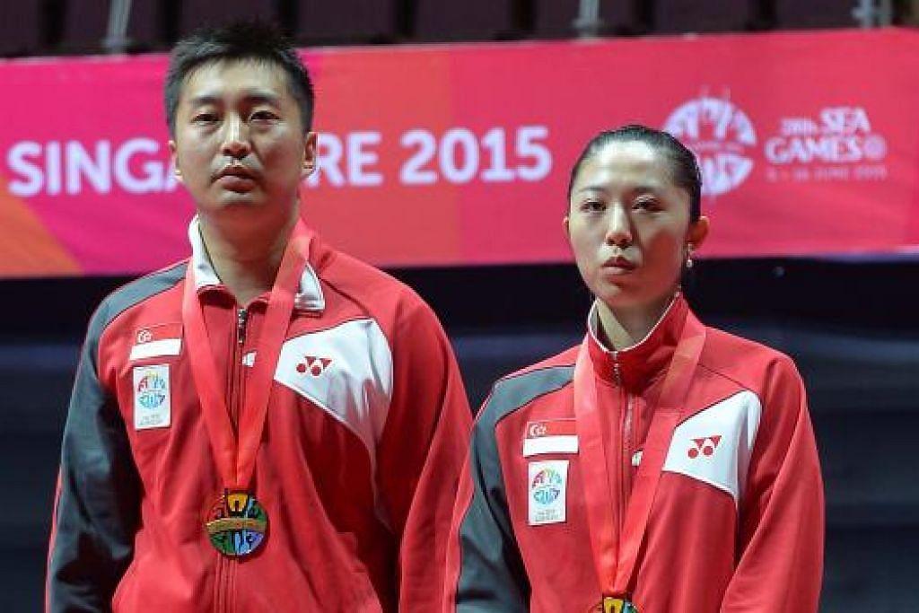HEBAT SEKALI: Gandingan Yang Zi (kiri) dan Yu Mengyu memenangi emas ketiga pasukan tenis meja di Sukan SEA ini