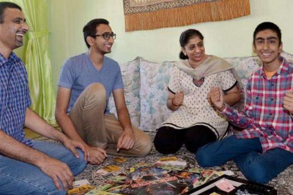 PASRAH DENGAN PENYAKIT: Irfaan Baji (kanan) yang mendapat sokongan kuat (dari kiri), bapanya, Encik Asif Baji; abangnya, Encik Ashraf Baji; dan ibunya, Cik Tasneem, kini reda dengan keadaannya meskipun penyakit Crohn's membuat kakinya mudah lemah dan sakit. - Foto TAUFIK A. KADER