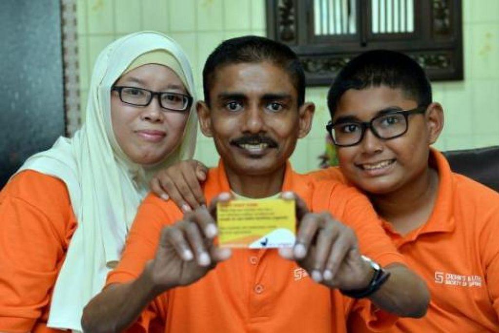 TOLONG BERI LALUAN: Kad Tidak Boleh Tunggu (Can't Wait Card) yang ditunjukkan Encik Shariffudin diharap dapat memberi peluang kepada pesakit Crohn's sepertinya peluang masuk ke tandas dahulu. Bersama beliau ialah isterinya, Cik Siti Norraihan Mohd Nasir, dan anak mereka Muhammad Syukran. - Foto M.O. SALLEH