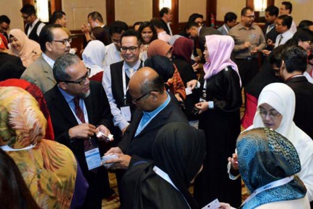 MENDEKATI SME: Sekitar 400 peniaga berpeluang berkenalan dalam Sidang Perniagaan Melayu/Islam yang dianjurkan baru-baru ini oleh DPPMS - antara inisiatif yang menerima pembiayaan Lead. - Foto KHALID BABA