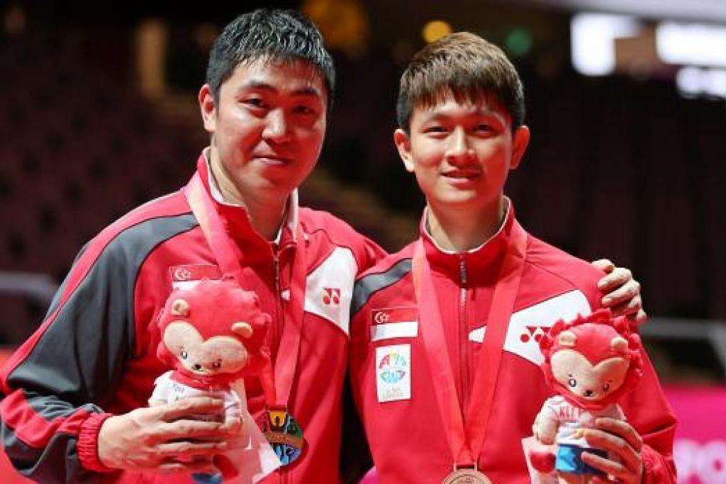 JUARA: Gao Ning (kiri) memenangi pingat emas sementara Clarence Chew memenangi gangsa perseorangan lelaki