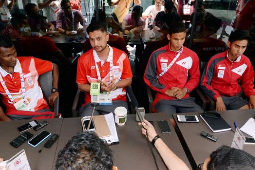 PERLU LEBIH TAJAM: Sahil Suhaimi serta penyerang Singapura lain yang bergelut menemui sasaran pada awal minggu tidak boleh lagi membazirkan peluang dalam pertemuan dengan Myanmar malam ini, sesuatu yang diakui ketua jurulatih, Aide Iskandar (gambar kanan dua dari kiri), dalam sidang media bersama (dari kiri) S. Subramani, Irfan Fandi dan Adam Swandi. - Foto-foto REUTERS, ZAINAL YAHYA