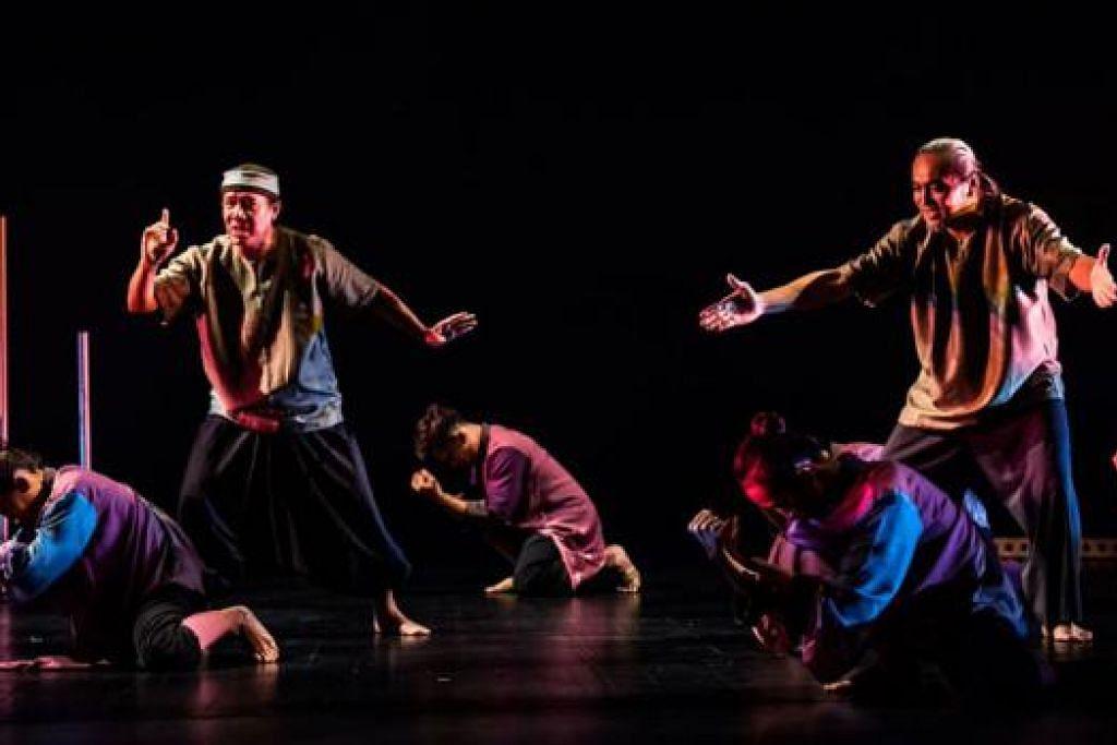 LANGKAH PENUH ERTI: Aditari dari dua negara, Tom Ibnur (kiri), dari Padang, Indonesia; dan pengarah kreatif Era Dance Theater, Osman Abdul Hamid (kanan), dari Singapura, menunjukkan ketangkasan gerak tari mereka di pembukaan pementasan. - Foto ERA DANCE THEATRE