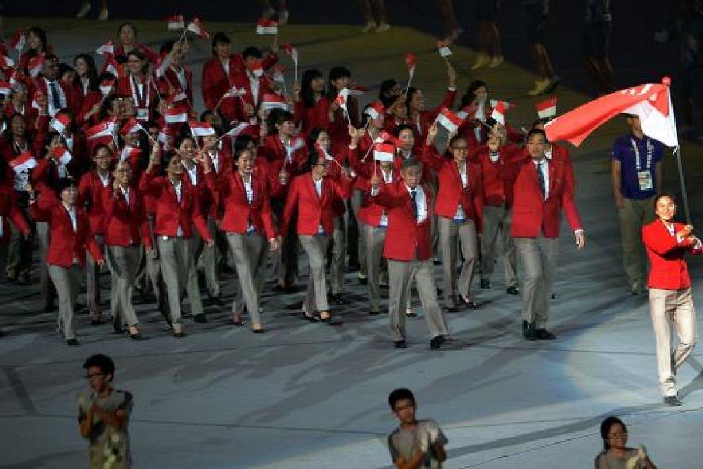 KONTINJEN Team Singapore kumpulan atlit terakhir memasuki stadium.