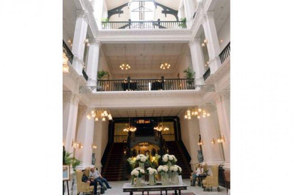 KENALI HOTEL RAFFLES SINGAPURA: Ikuti lawatan Raffles Walk of Fame yang akan diadakan setiap Sabtu mulai esok untuk mendengar pelbagai kisah menarik mengenai hotel bersejarah itu. - Foto KHALID BABA