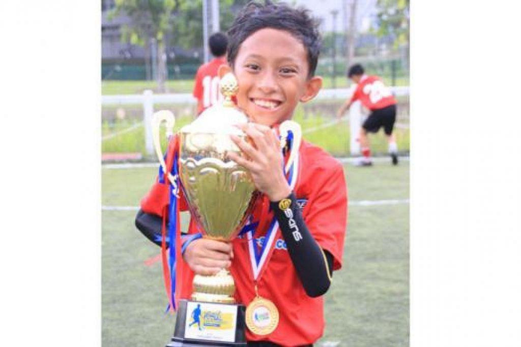GEMBIRA: Ilhan Faiq Irwan, pemain pasukan JCOE AMK, gembira pasukannya muncul juara kategori 12 tahun ke bawah. – Foto MOHAMED ASHRUDIN MOHAMED IQBAL