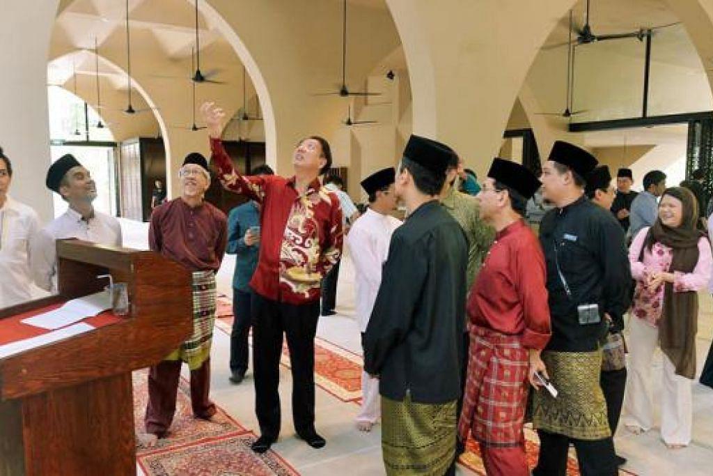 Encik Teo kemudian meninjau keadaan dan kemudahan masjid. - Foto KHALID BABA