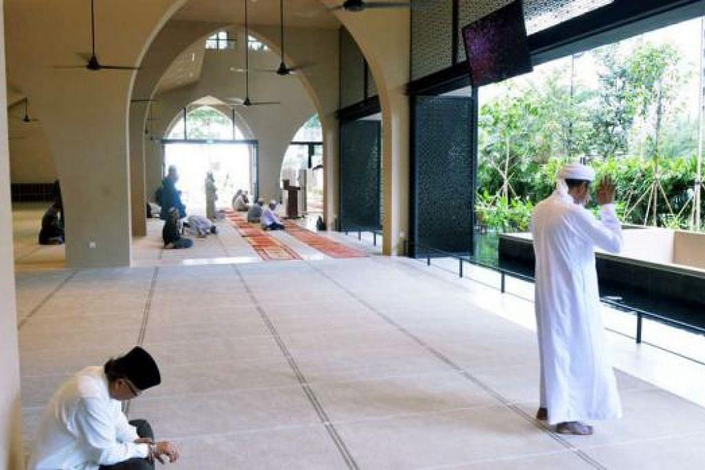 RUANG SOLAT LAPANG DAN LUAS: Masjid Al-Islah dapat menampung seramai 4,000 jemaah mengerjakan solat dalam keadaan selesa dengan konsep terbuka. – Foto KHALID BABA