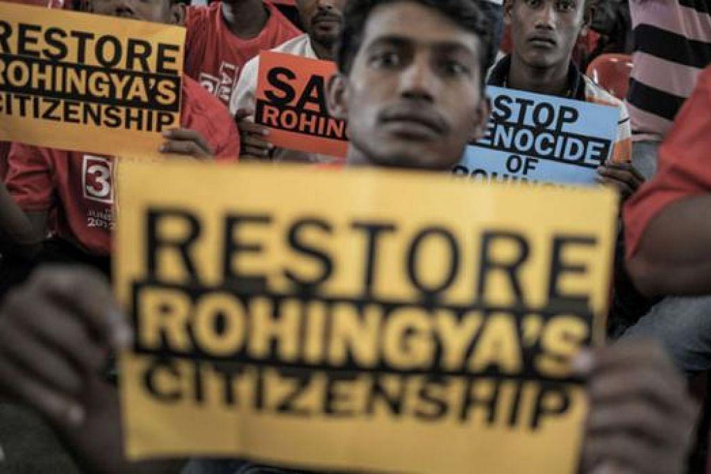 MAHU DIBERI KERAKYATAN MYANMAR: Pelarian Rohingya di Malaysia mengadakan rapat membantah penindasan masyarakat itu, pada Rabu lalu. - Foto AFP