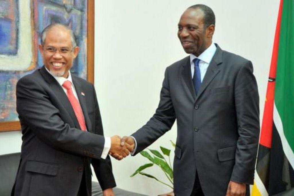 PERERAT HUBUNGAN: Encik Masagos (kiri) menemui Perdana Menteri Republik Mozambique, Encik Carlos Agostinho do Rosario dan turut mengundang pemimpin dan pegawai Mozambique melawat Singapura. - Foto MFA