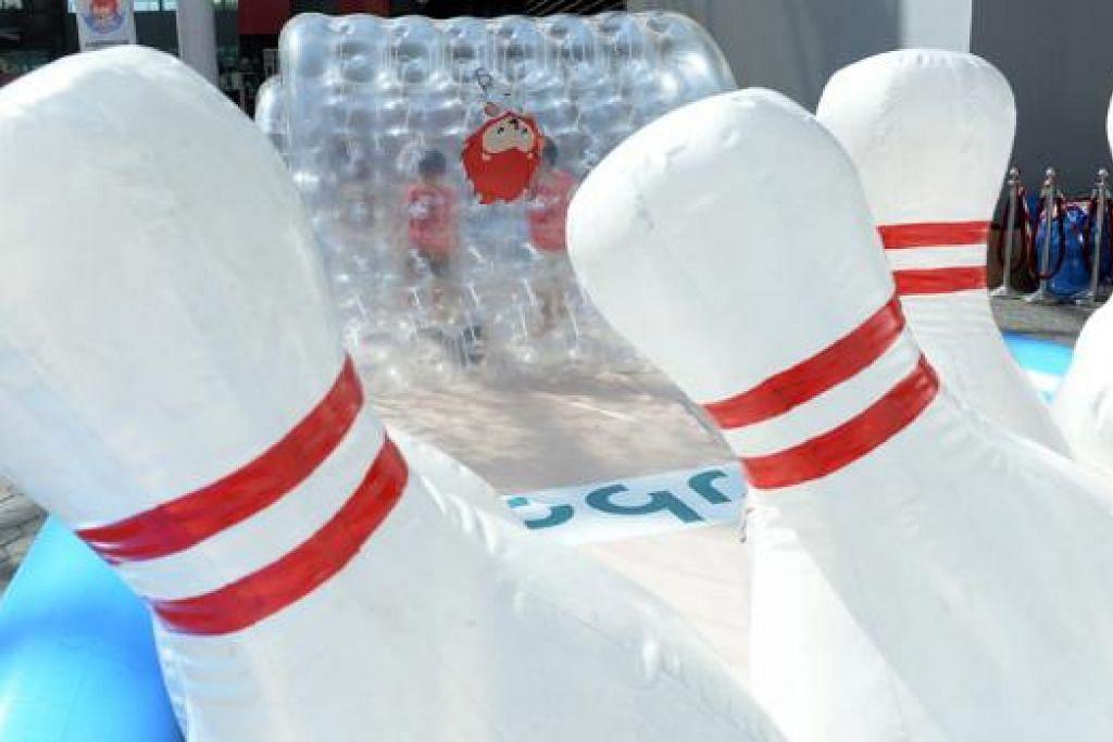 KARNIVAL SUKAN SEA: Pelbagai permainan percuma disediakan di karnival di Hab Sukan Singapura itu.