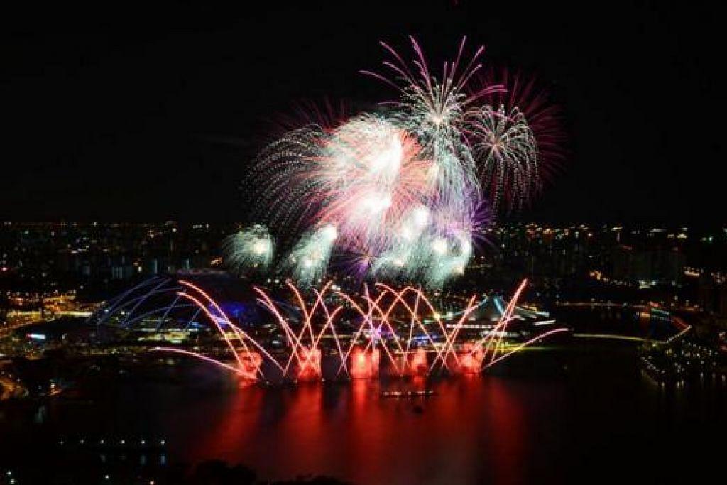 GILANG-GEMILANG: Pertunjukan bunga api yang penuh gah menerangi ruang angkasa Kallang semalam. - FOTO SINGSOCES