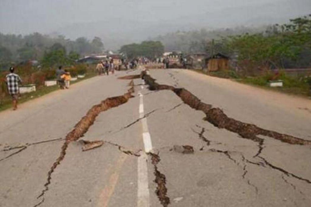 JALAN MEREKAH: Begini keadaan jalan raya di Sabah yang rosak ekoran gempa sekuat 6.0 pada skala Richter. – Foto THE STAR