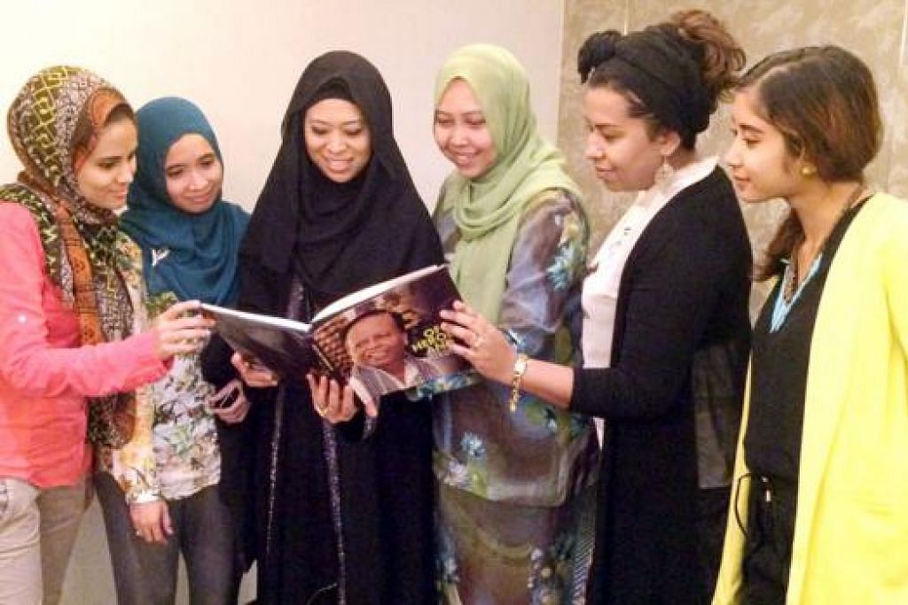 BELAKANG ACARA: Barisan pereka fesyen setempat (dari kiri) Cik Selma Bamadhaj dari Lully Selb; Cik Mukminah Omar dari ByCarniolan; penganjur bersama, Cik Murshidah Said dari syarikat latihan korporat, M & Z Institute; Setiausaha Kehormat Dana Pendidikan Harun Ghani (HGEF), Cik Haslinda Putri Harun; penganjur bersama, Cik Zeryn Mohd, dari Modena Events & MODVeil Models serta pereka fesyen koleksi Aly Rizq; dan Cik Nadia Latiff dari koleksi Nadiah Natiff. Tiada dalam gambar, penganjur bersama yang juga pengarah Wayan Wellness & Spa Retreat, Cik Zarina Abdullah Wright, bersatu tenaga dalam acara fesyen Muslimah bagi mengetengahkan sentuhan kreatif pereka setempat, 'Dare to Dream: Start Local, Go Global'. - Foto FREDA 'D