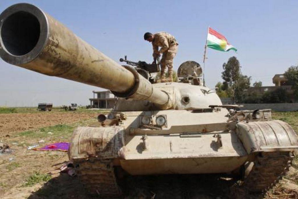 PEJUANG KURDISH DENGAN 'SENJATA' MEREKA: Pihak berkuasa Kurdish di Iraq berkata mereka mempunyai bukti bahawa ISIS menggunakan gas klorin terhadap para pejuang mereka di Januar, utara Iraq. - Foto REUTERS