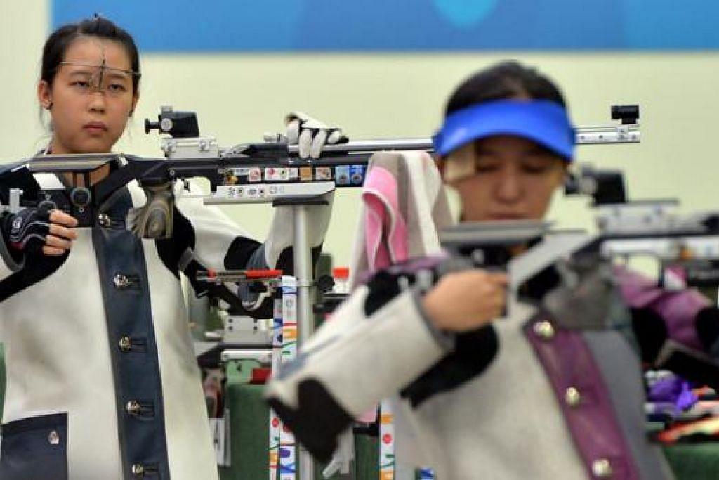 JUARA BERGANDA: Tessa Neo (kiri) memenangi dua emas dalam acara menembak perseorangan dan berpasukan, sementara Jasmine Ser mendapat satu emas (berpasukan) dan pingat perak acara perseorangan. - Foto M.O. SALLEH