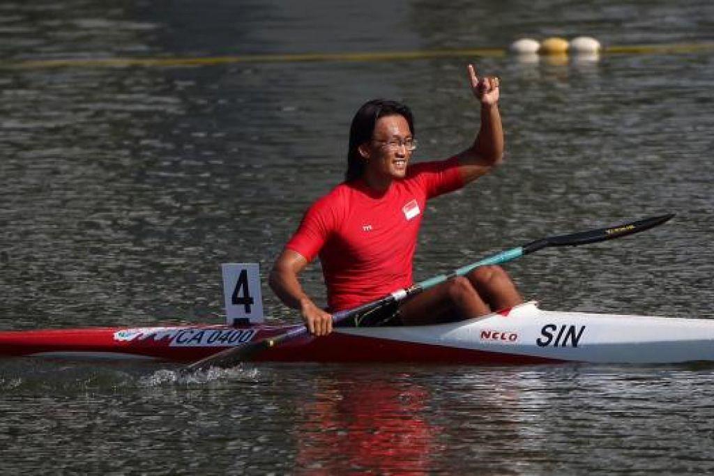 EMAS DI MARINA: Lucas Teo memenangi pingat emas acara kanu 1000 meter K1 di Marina Channel semalam. - Foto THE STRAITS TIMES