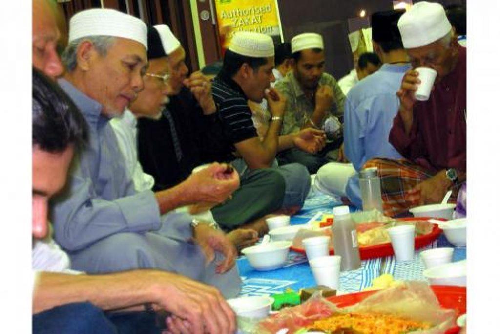 BERPUASA: Suruhan wajib berpuasa dalam bulan Ramadan dimulakan pada tahun kedua Hijrah sejak Rasulullah saw berada di Madinah. - Foto fail