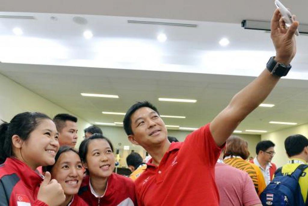SATU BANGGA: Menteri Pembangunan Sosial dan Keluarga (MSF), Encik Tan Chuan-Jin (kanan) bergambar ala 'wefie' dengan trio menembak Singapura. (Dari kiri) Martina Veloso, Jasmine Ser dan Tessa Neo. - Foto-foto M.O. SALLEH