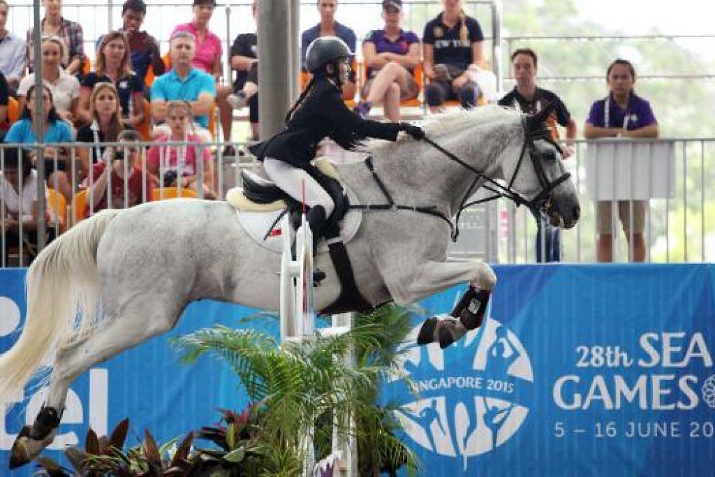PERTUNJUKAN CEMERLANG: Pasukan tunggang kuda Singapura memenangi emas pertama dalam acara berpasukan.