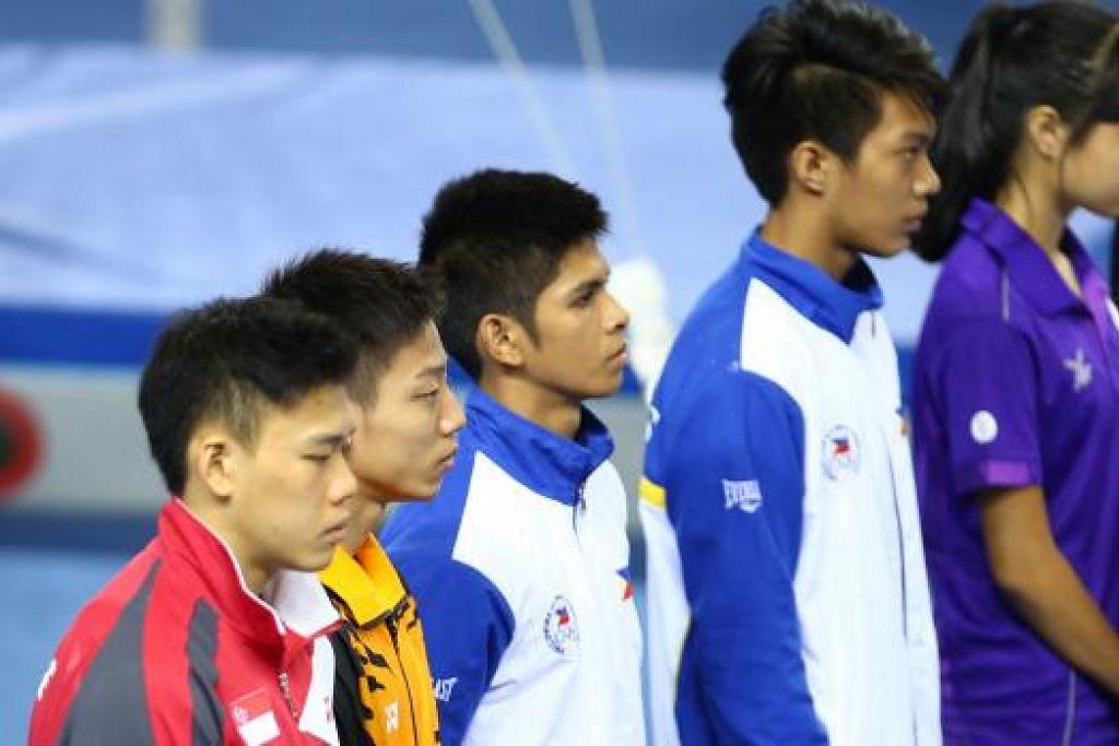 Para pegawai dan atlit gimnastik bertafakur sebelum aski bermula di Stadium Bishan