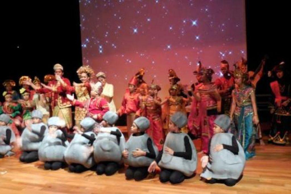 DI AKHIR PERSEMBAHAN: Semua pelakon muncul sebelum tirai dilabuhkan pada akhir persembahanan kisah 'Malin Kundang'.