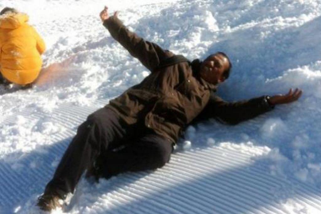 MENIKMATI ALAM CIPTAAN TUHAN: Penulis berbaring di atas salji tebal di Jungfrau, Switzerland.