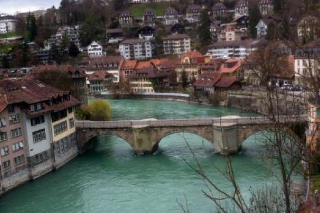 PEMANDANGAN MENAKJUBKAN: Sungai yang bersih dan bangunan lama yang unik seni bina di kiri dan kanannya di Berne, Switzerland, cukup memukau setiap mata yang memandang. - Foto-foto SAINI SALLEH