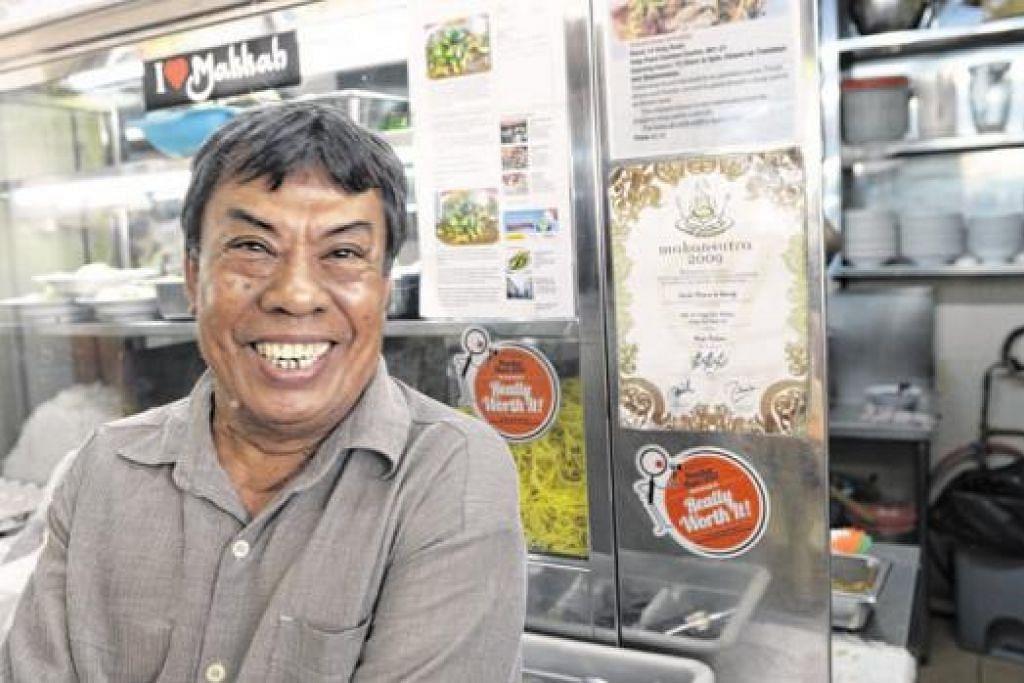 KOS BAHAN MENTAH NAIK: Encik Afandi, penjaja mi rebus di Haig Road berkata antara bahan mentah yang kosnya semakin naik ialah lada hijau, yang kini $4 hingga $4.50 sekilo, berbanding $3 atau $3.50 beberapa tahun lalu. — Foto-foto TUKIMAN WARJI